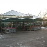 Winkelwagen overkapping bij een tuincentrum